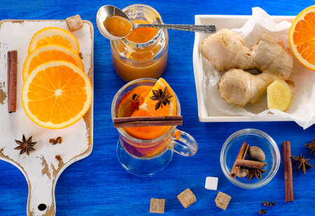 raices de plantas: Ginger tea with orange, spices and honey. View from above
