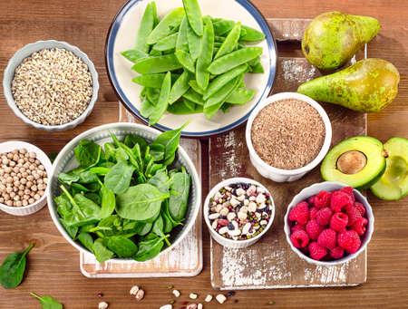 Fiber und Kohlenhydrate reiche Lebensmittel auf einem Holzbrett. Gesunde Ernährung. Aufsicht