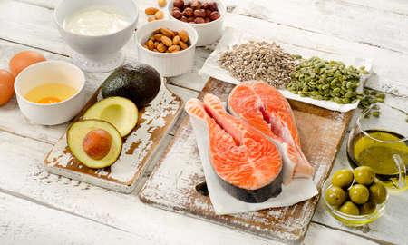 健康食品: 木製の背景に健康的な脂肪の最高の情報源。