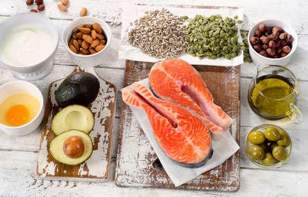 Beste Quellen von ungesättigten Fettsäuren auf weißem Holz Hintergrund. Aufsicht Standard-Bild
