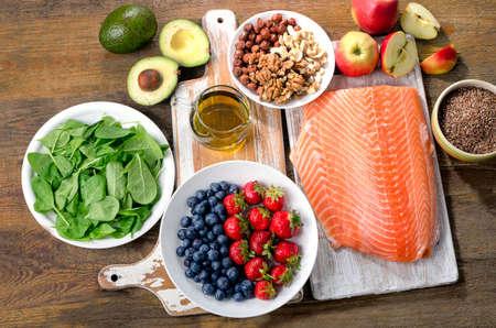 comidas saludables: Alimentos para el corazón sano. Vista superior Foto de archivo
