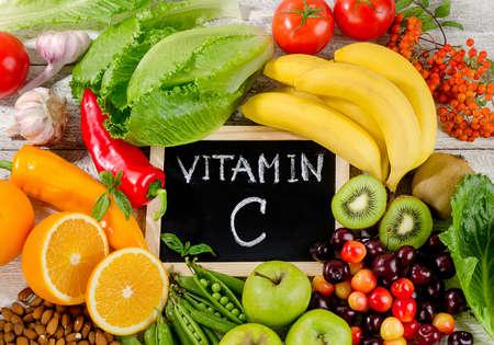 Los alimentos ricos en vitamina C en la tabla de madera. Alimentación saludable. aplanada