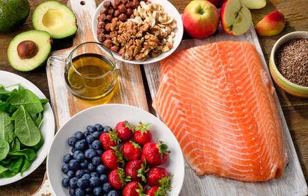Alimentos para un corazón saludable en el fondo de madera. Vista superior