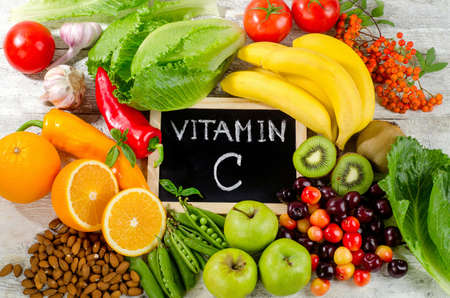 Los alimentos ricos en vitamina C en un tablero de madera. Alimentación saludable. Vista superior