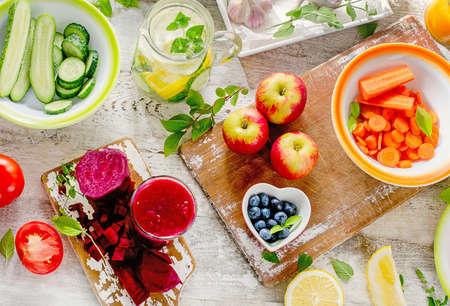 frescura: Dieta de desintoxicación. Fondo de alimentación saludable. Diferentes frutas, jugo y verduras. Vista superior. Foto de archivo