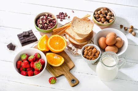 Allergia élelmiszer koncepció. Allergiás ételek fehér fa háttéren Stock fotó