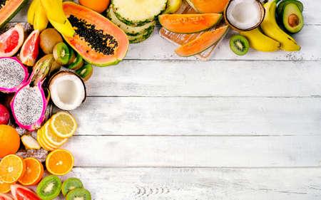 La frutta tropicale esotica si mescola su fondo di legno. Concetto di mangiare sano.