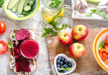 Diversi tipi di frutta, succhi e verdure. Dieta sana. Vista dall'alto Archivio Fotografico