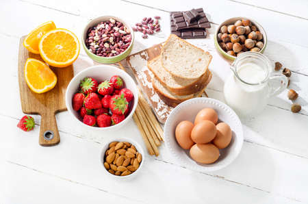 alergenos: Alergia concepto de alimentos. alergia alimentaria en un fondo de madera blanca Foto de archivo