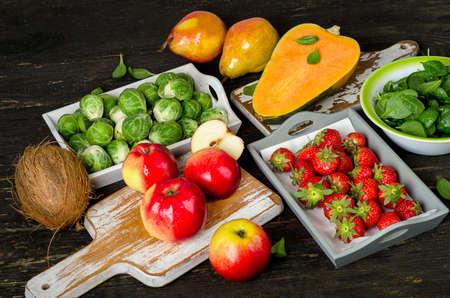 High Fiber Foods auf einem Holztisch. Standard-Bild
