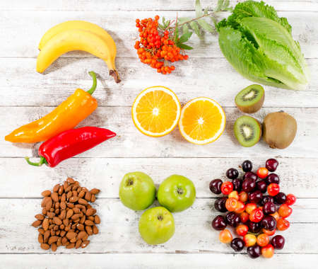 comidas saludables: Foods High in vitamin C on white wooden background.  Healthy eating. Top view