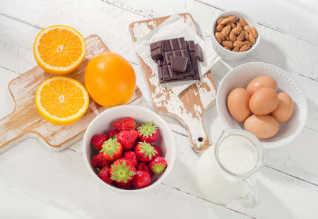 alergenos: Alergia concepto de alimentos. alimentos alérgicas en una mesa de madera blanca.