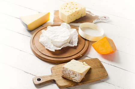 ホワイト木製ボードにチーズ。上からの眺め