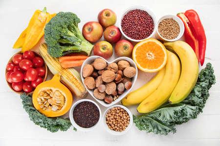 Alimenti ricchi di fibre. Concetto di dieta equilibrata sana. Vista dall'alto Archivio Fotografico - 106596430