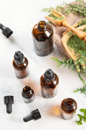 Flaschen mit ätherischen Ölen. Pflanzenheilkunde. Aromatherapie.