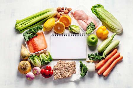 Piano alimentare sano. Dieta e pianificazione dei pasti. Vista dall'alto. Lay piatto Archivio Fotografico