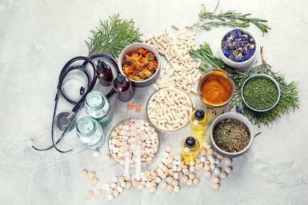 Hierbas de medicina alternativa y glóbulos homeopáticos. Concepto de medicina homeopatía