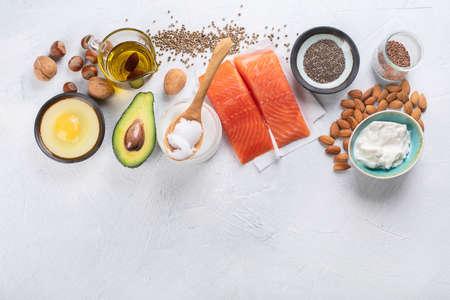 Selección de fuentes de grasas saludables. Concepto de dieta saludable Vista superior con espacio de copia Foto de archivo