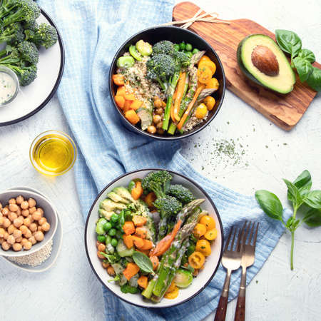 Ciotole di buddha vegetariane. Concetto di cibo sano. Alimentazione vegana, pulita e disintossicante. Vista dall'alto