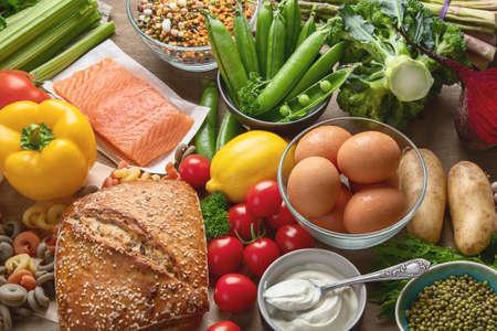 Cibo salutare. Ingredienti bilanciati per la cottura degli alimenti. Dieta pulita mangiare. Vista dall'alto con copia spazio Archivio Fotografico