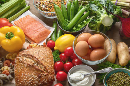 Gesundes Essen. Ausgewogene Zutaten zum Kochen von Lebensmitteln. Saubere Ernährung essen. Draufsicht mit Kopienraum Standard-Bild