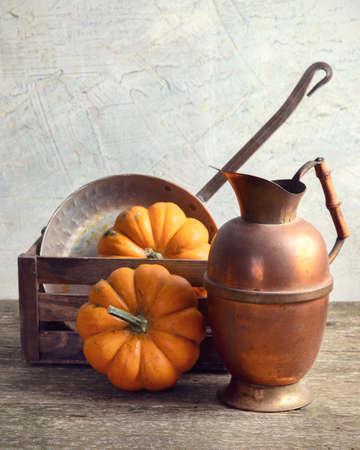 Concept de cuisine saisonnière d'automne avec des citrouilles et des ustensiles de cuisine. Vue de face