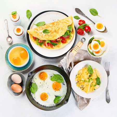 Plats d'œufs cuits pour le petit déjeuner. Façons traditionnelles de cuire un œuf.