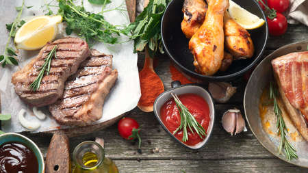 Different types of Grilled meat on rustic wooden table. Top view Standard-Bild