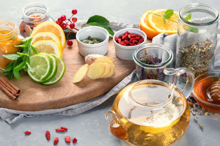 Alternative medicine, natural homemade remedy for cold and flu on gray background. Immunity boosting. 版權商用圖片