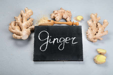 Fresh ginger root and ginger powder. Top view, chalkboard 版權商用圖片