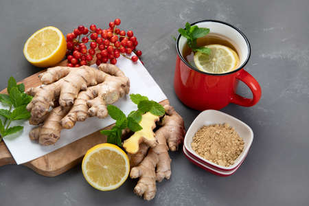 Ginger root with healthy tea with and lemon. 版權商用圖片