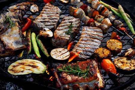 Grilled meat and vegetables on barbecue kettle. Outdoor food concept. Top view Banque d'images
