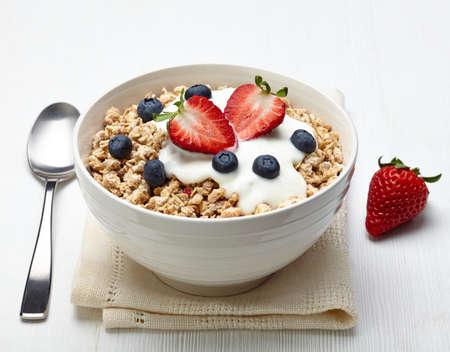 yaourt: Bol de muesli sain avec yogourt et fruits frais