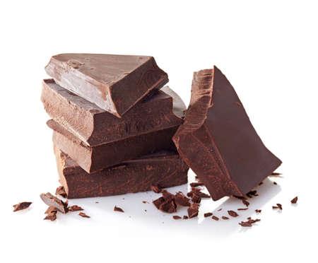 Hoop van gebroken chocolade stukken op witte achtergrond Stockfoto
