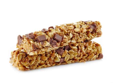 barra de cereal: Barras de granola con chocolate en el fondo blanco