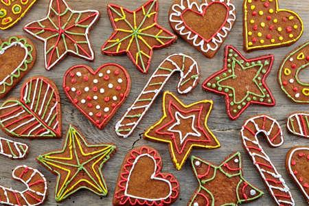 galletas de jengibre: Galletas de jengibre de colores sobre fondo de madera