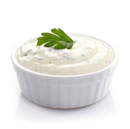 mahonesa: Bol de salsa de ajo fresco en el fondo blanco Foto de archivo