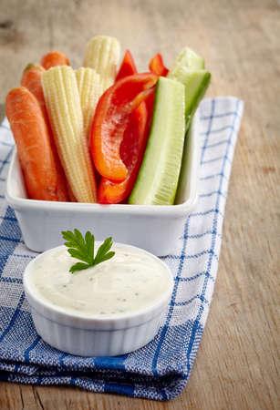 mahonesa: Las verduras frescas y salsa de ajo en el fondo de madera