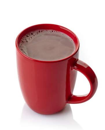 Rode mok van warme chocolademelk drinken op een witte achtergrond