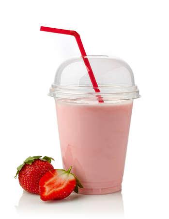 흰색 배경에 딸기 밀크 쉐이크 유리
