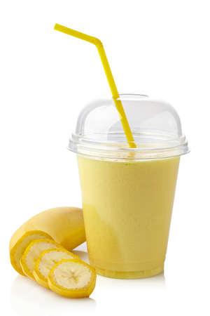licuado de platano: Vaso de batido de plátano aislados sobre fondo blanco