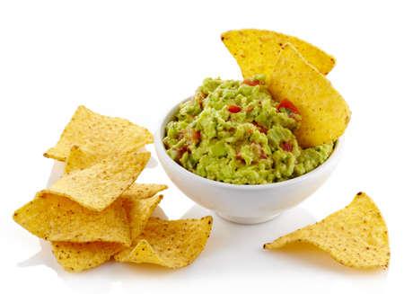 tortilla de maiz: Bol de guacamole y nachos aisladas sobre fondo blanco