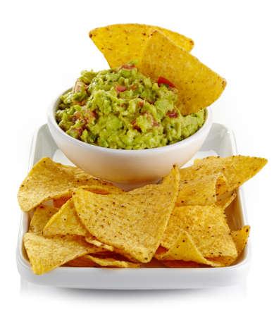 tortilla de maiz: Plato de guacamole y nachos aisladas sobre fondo blanco