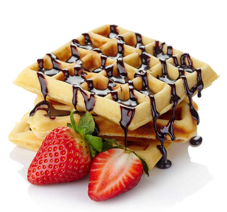 焼きたてのベルギー ワッフル チョコレート ソースやイチゴを白で隔離されます。