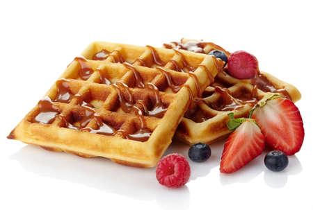 waffles: Bélgica gofres con salsa de caramelo y bayas frescas aisladas en blanco Foto de archivo