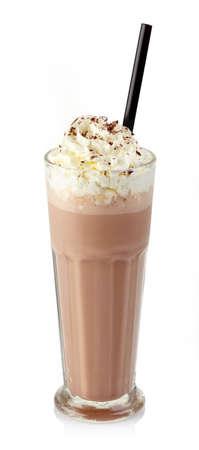 Verre de lait frappé au chocolat avec crème fouettée isolé sur fond blanc