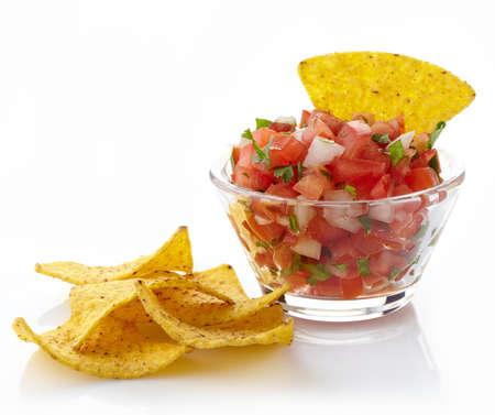 bailar salsa: Bol de dip de salsa y nachos aisladas sobre fondo blanco