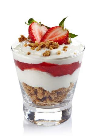 yogurt natural: Postre en capas saludable con crema, muesli y salsa de fresa fresca aislada en el fondo blanco