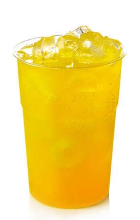 Plastic glas van oranje limonade met ijs op een witte achtergrond Stockfoto