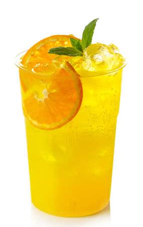 흰색 배경에 고립 된 얼음과 오렌지 조각과 오렌지 레모네이드의 플라스틱 유리 스톡 콘텐츠
